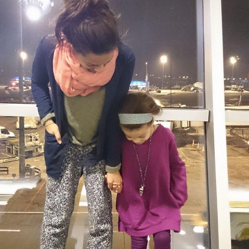 Die Elfenmädchen am Flughafen auf dem Weg nach Indien