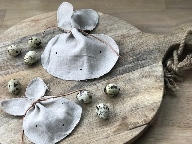 Hier zeige ich euch wie ihr eine Mini Hasentasche nähen könnt fürs Osterkörbchen oder als kleines Mitbringsel für liebe kleine Freunde! Auf unserem Blog www.elfenkindberlin.de gibt es auch ein Schnittmuster zum runterladen. Viel Freude beim nähen.