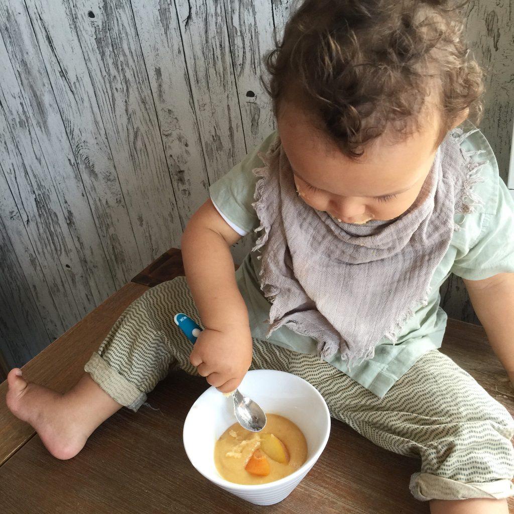 Getreidebrei mit Obst
