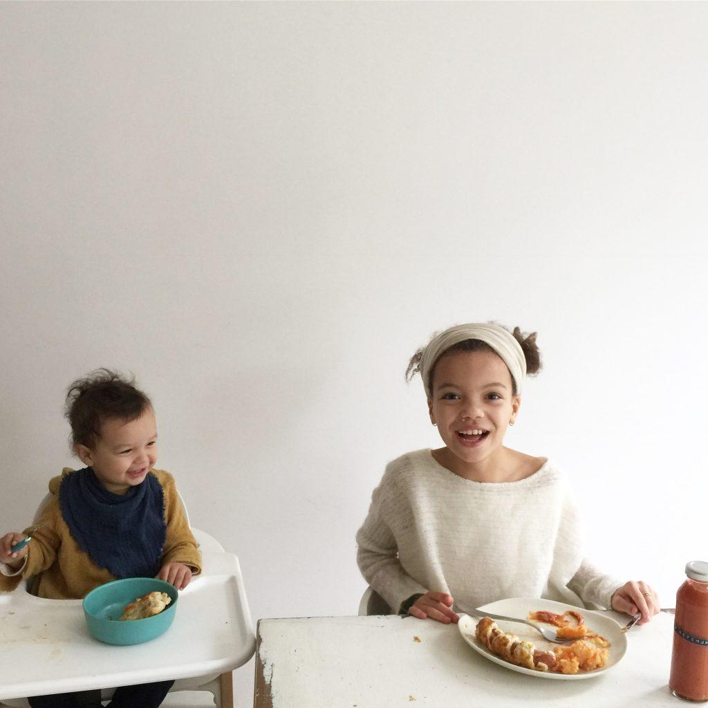 Kinder esse Mumien Würstchen