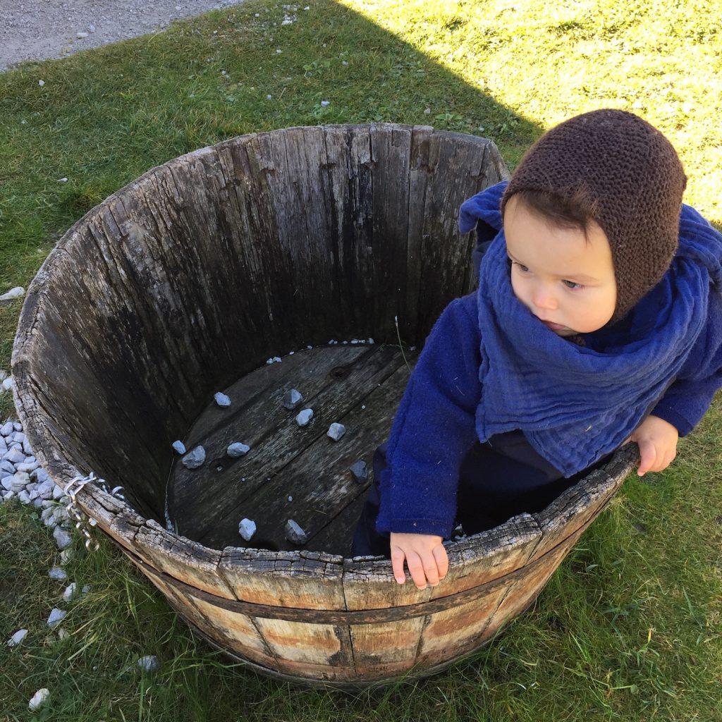 Baby im Waschkessel im Naturhotel Forsthofgut