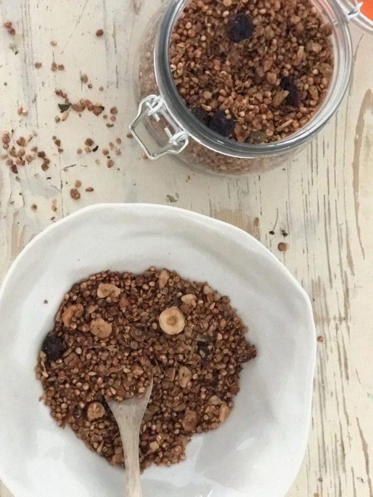 Wenn ihr auf der suche nach einen leckeren Schokogranola Rezept seit das sich schnell und einfach herstellen lässt und auch noch ohnt Zucker ist dann schaut auf www.elfenkindberlin.de