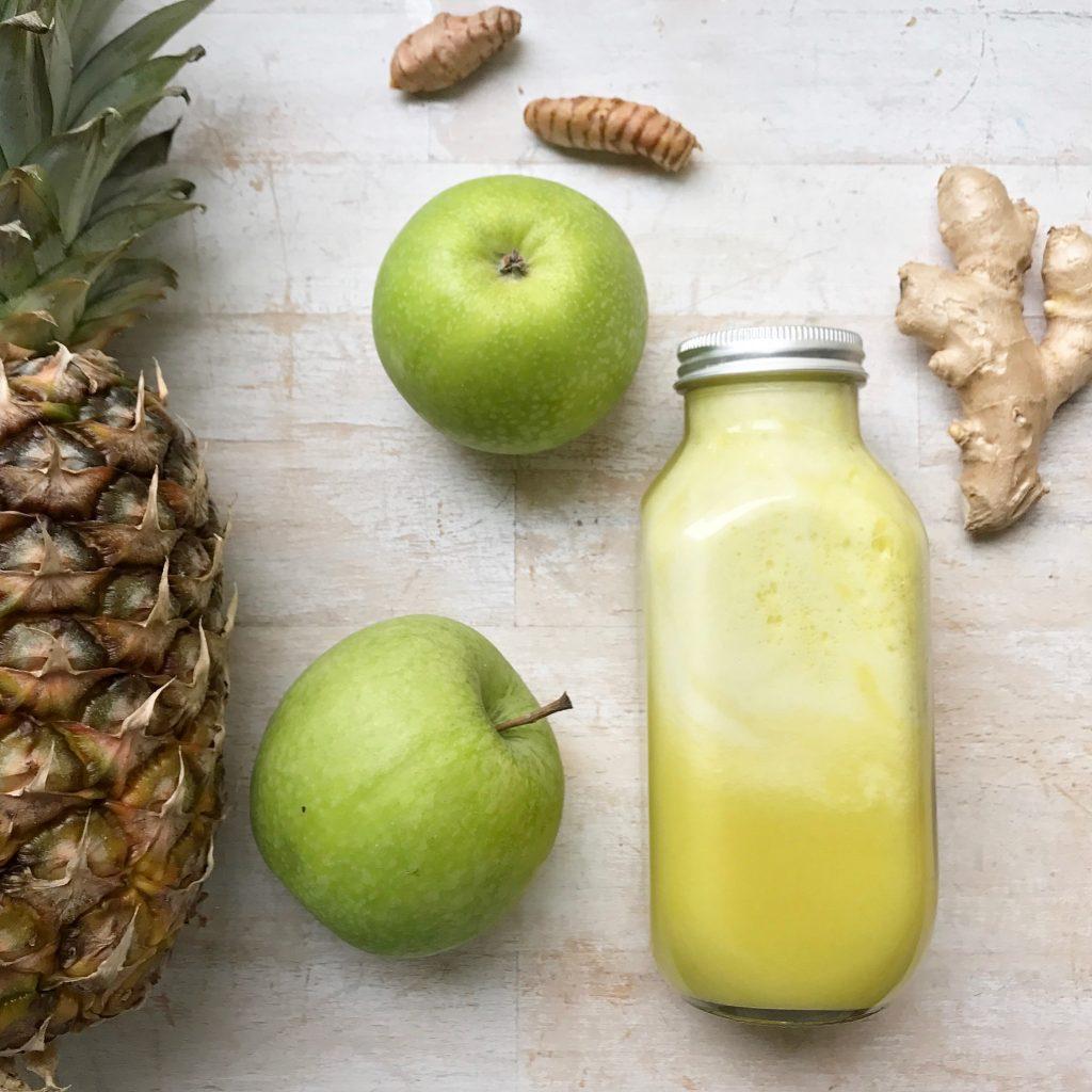 Raw Pressed Ananas Saft ein Detoxsaft der lecker schmeckt und gut tut, das Rezept zu diesem wunder Saft der auch noch herlich Basisch ist findet ihr auf unserem Blog