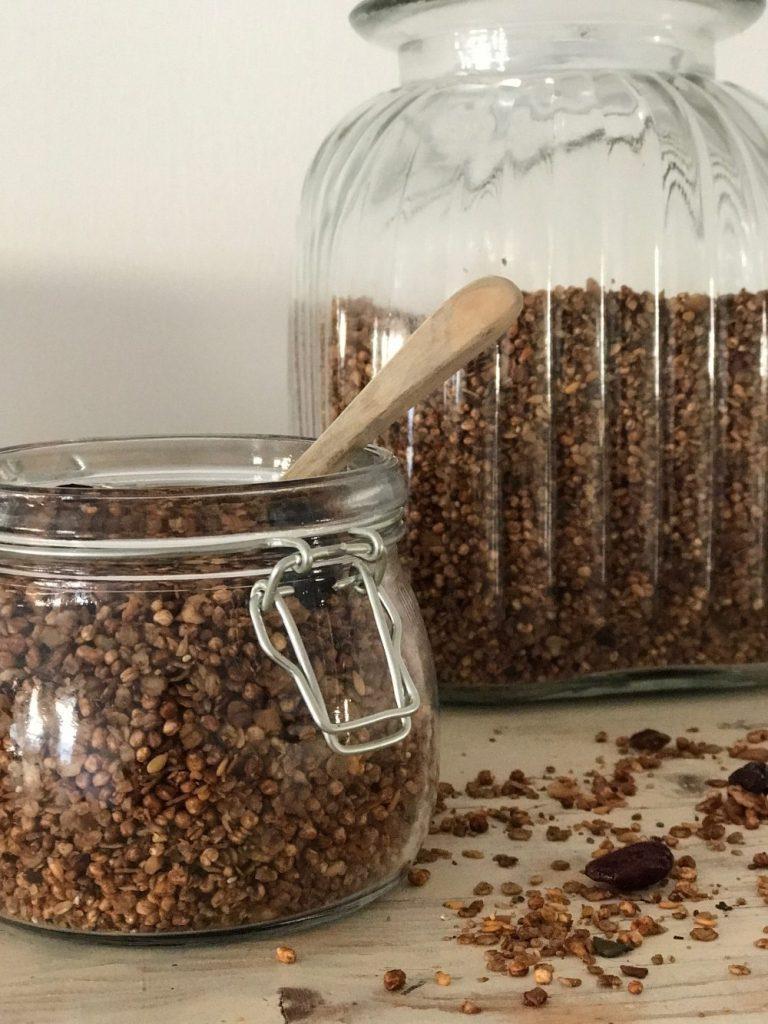 Leckeres Schokogranola Rezept, das sich schnell und einfach herstellen lässt und auch noch ohnt Zucker ist ! Das leckere Rezept findet ihr auf www.elfenkindberlin.de
