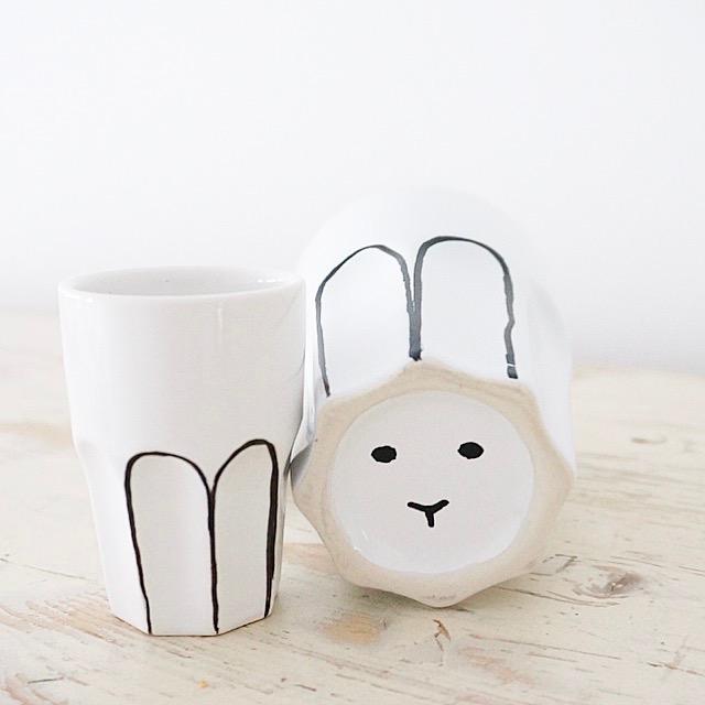 Versteckter Osterhase , hier findet ihr eine Anleitung für eine selbstbemalte Tasse mit einem Osterhasen , auf unserem Blog www.elfenkindberlin.de gibt es noch viele andere Oster und Hasen Ideen , denn wir lieben Ostern !