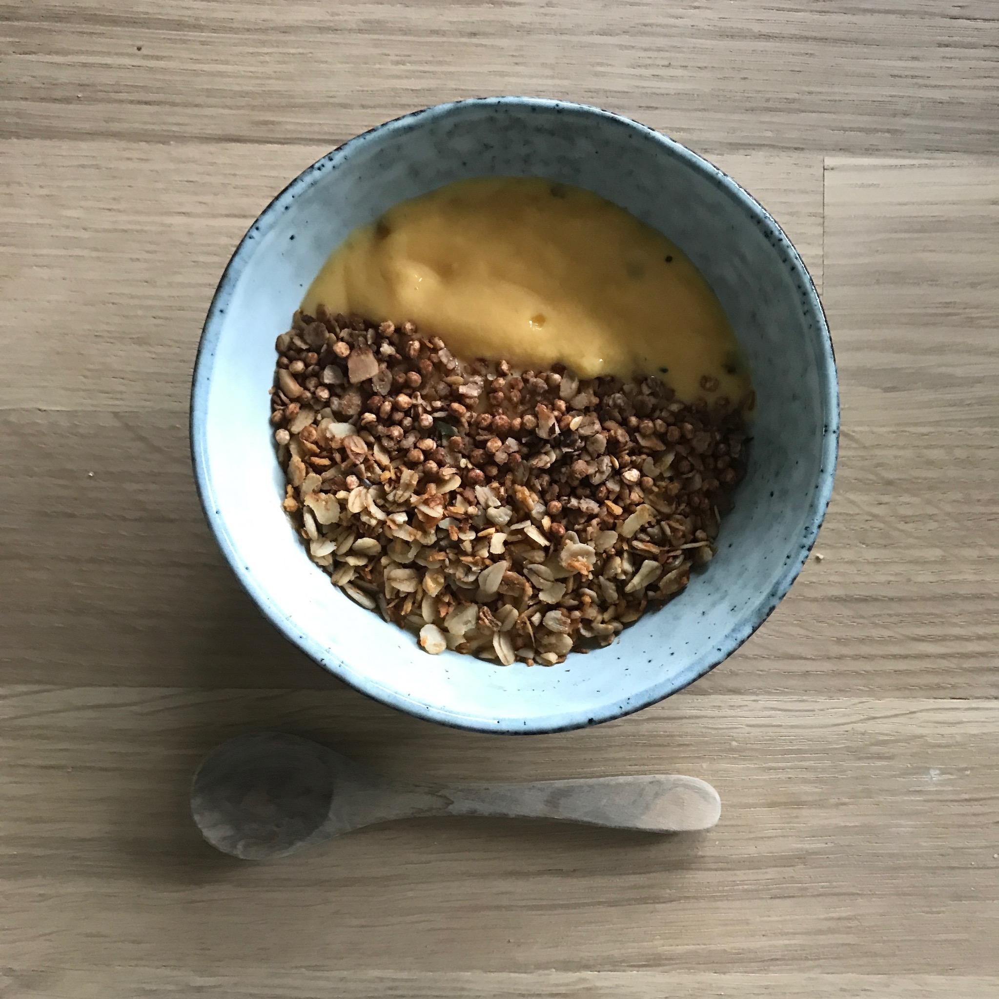 Die Rezepte für Kokos udn Schoko Granola zusammen mit selbsgenachtem Mangojoghurt findet ihr auf unserem Blog