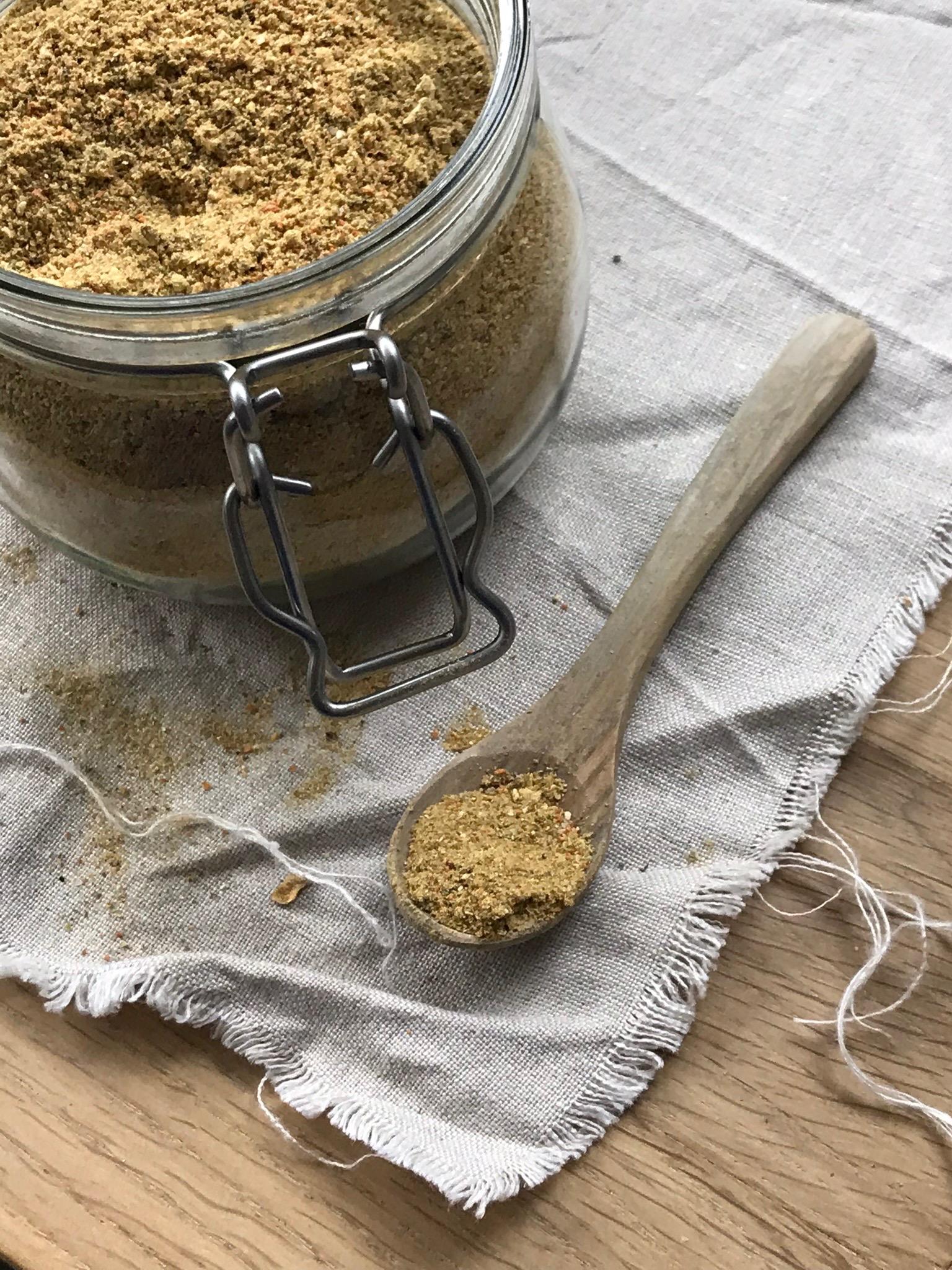 Rezept für Instant Gemüsebrühe zum selbermachen / Gekörnte Gemüsebrühe / leckeres Gewürzsalz und vieles mehr! Diese selbstgemachte DIY Brühe ist vielseitig einsetzbar und unglaublich lecker ! Ihr braucht ein weng Zeit und dann habt ihr einen guten Vorrat !