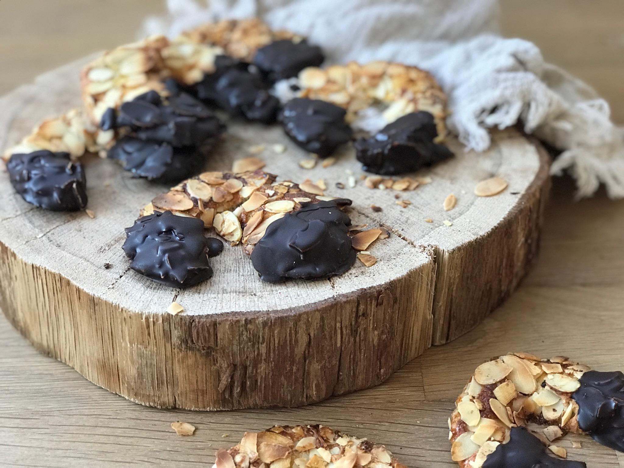 Mandelhörnchen Rezept mit Mehl, Mandelmehl und Eiweis ! Super lecker ! Auf unserem Blog www.elfenkindberlin.de zeige ich euch wie ihr schnell und einfach diese leckeren Mandelhörnchen backen könnt!