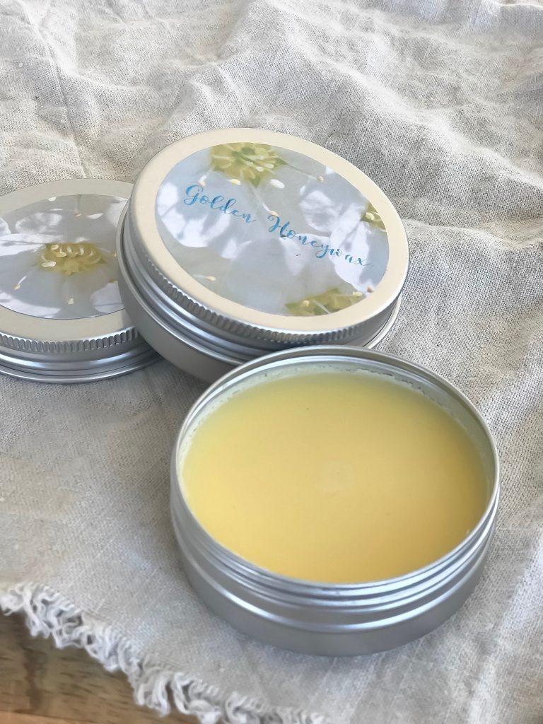 Haarwachs Rezept mit gutem Honig und schön duftenden Ätherischen Ölen machen eure morgendliche Haarroutine zum Genuss für all Eure Sinne! Probiert es mal aus! Ihr werdet es lieben, dieses und viele ander Rezepte findet ihr auf www.elfenkindberlin.de
