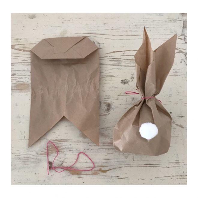Diese Osterhasen-Geschenkverpackung ist ein schnell gebastelter Beutel in denen sich Osterleckerein perfekt verpacken lassen!Dazu passend habe ich noch leckere Keks Rezepte für euch und viele weitere tolle Oster Ideen! Schaut doch mal auf www.elfenkindberlin.de vorbei