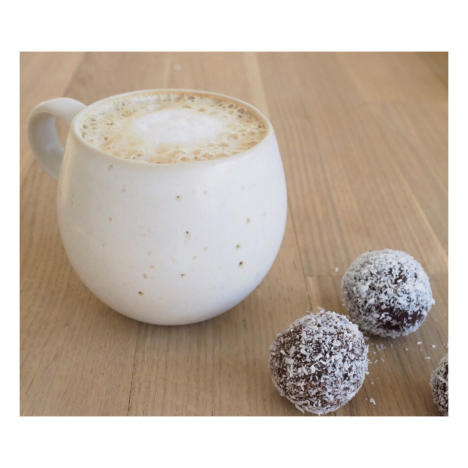 Auf Süßigkeiten und Schokolade sollte man während eines Detox verzichten! Eine gute Alternative sind diese zartschmelzenden Energiekugeln,dieses köstliche Rezept findet ihr auf www.elfenkindberlin.de