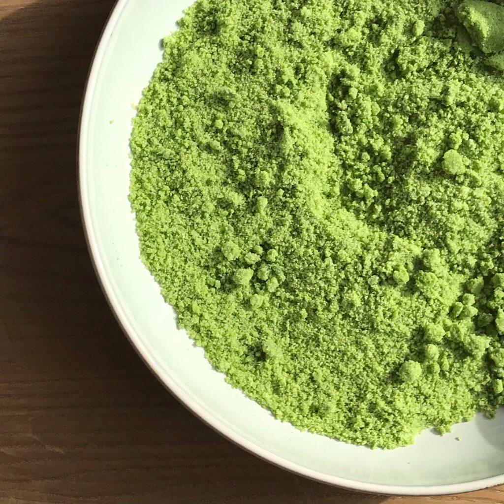 Dieses Bärlauchsalz Rezept ist eine geschmackliche Offenbarung und es selber herszustellen ist ganz einfach! Bärlauchsalz kann ganz schnell selber gemacht werden und der Sonne hilft beim trocknen. Noch mehr Bärlauchrezepte findet ihr auf www.elfenkindberlin.de