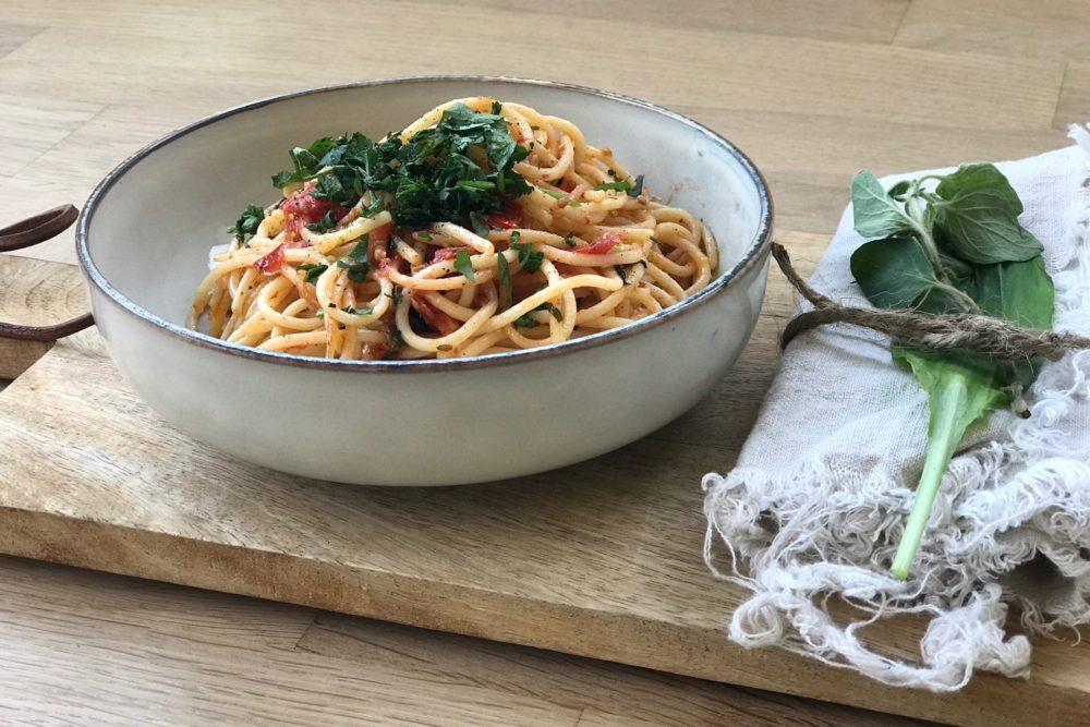 Sommer Pasta mit Willdkräutern ein super leichtes Rezept das ich ganz schnell nachkochen könnt! Es ist schnell gemacht und wirklich ganz besonders lecker mit Bärlauch! Für noch mehr Sommer Rezepte schaut doch mal auf www.elfenkindberlin.de vorbei.