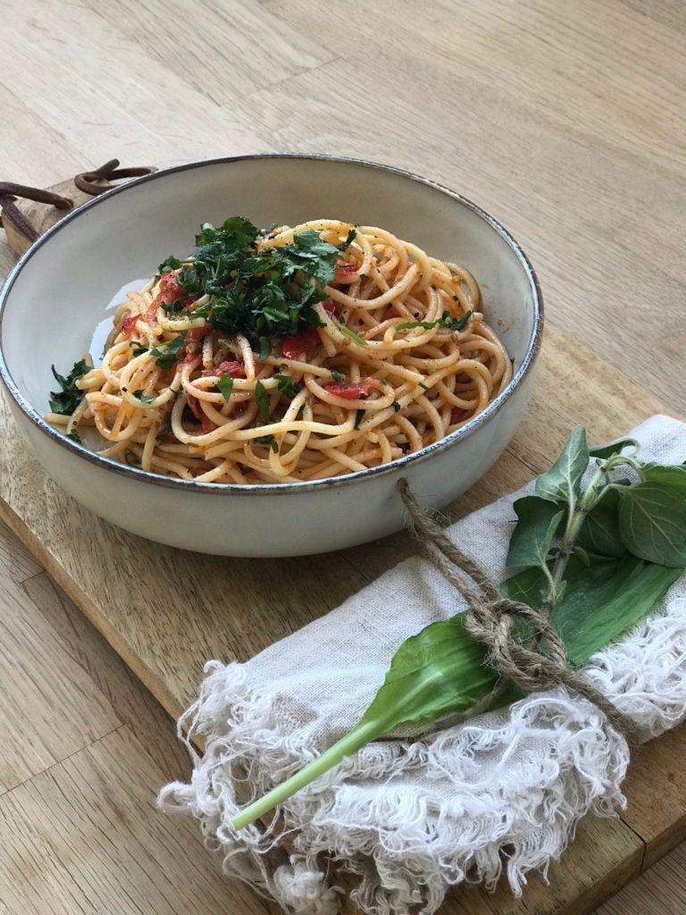 Sommer Pasta mit Wildkräutern ein super leichtes Rezept das ich ganz schnell nachkochen könnt! Es ist schnell gemacht und wirklich ganz besonders lecker mit Bärlauch! Für noch mehr Sommer Rezepte schaut doch mal auf www.elfenkindberlin.de vorbei.