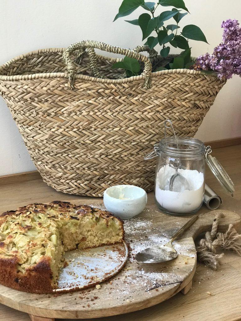 Einfaches Rezept für einen Rhabarber Tassen Kuchen, wunderbar einfach zubereitet und unglaublich lecker ! Noch mehr sommerliche Rezepte findet ihr auf www.elfenkindberlin.de
