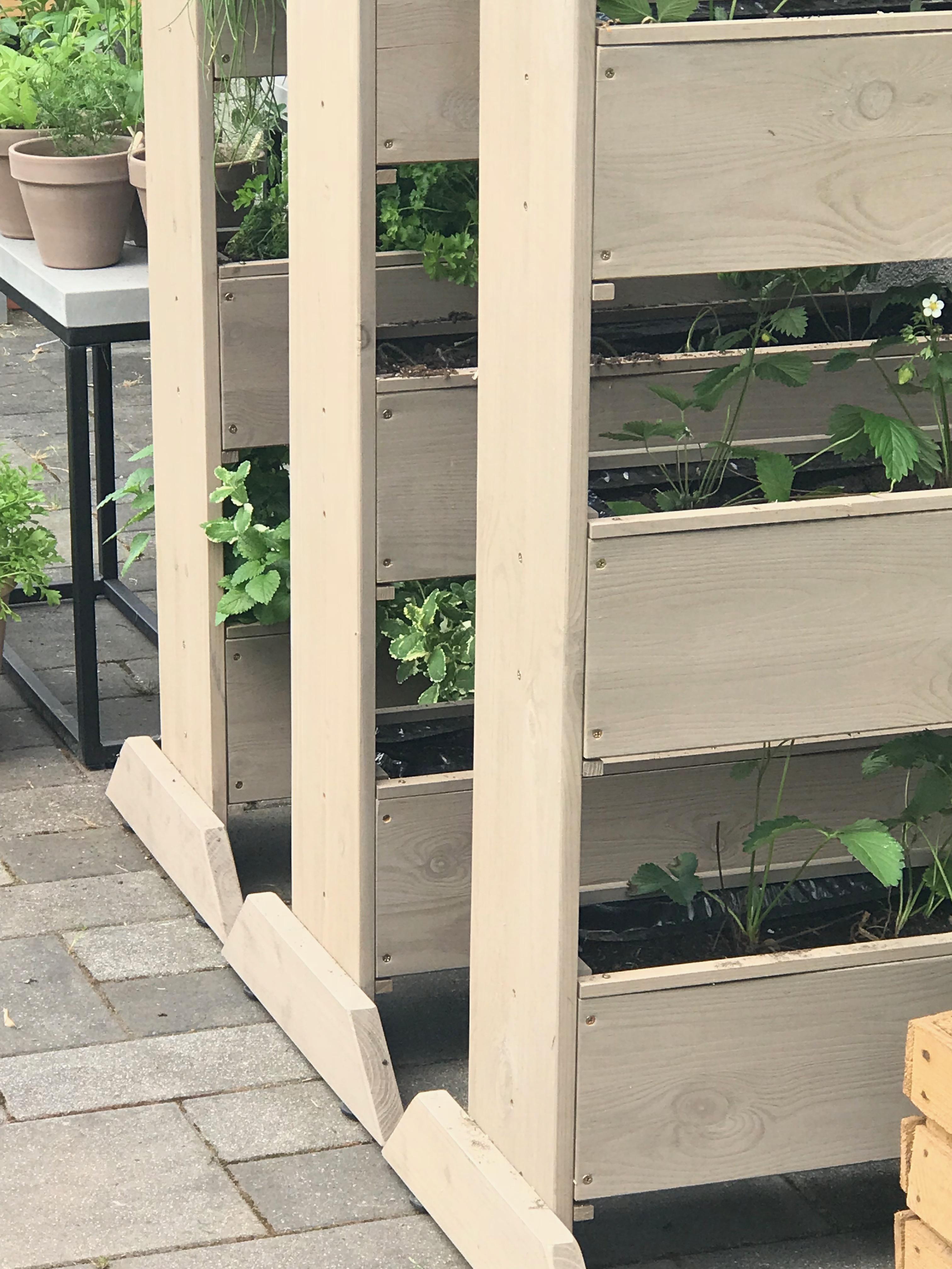 Vertikale Beete mit Erdbeeren und Kräutern bepflanzen,