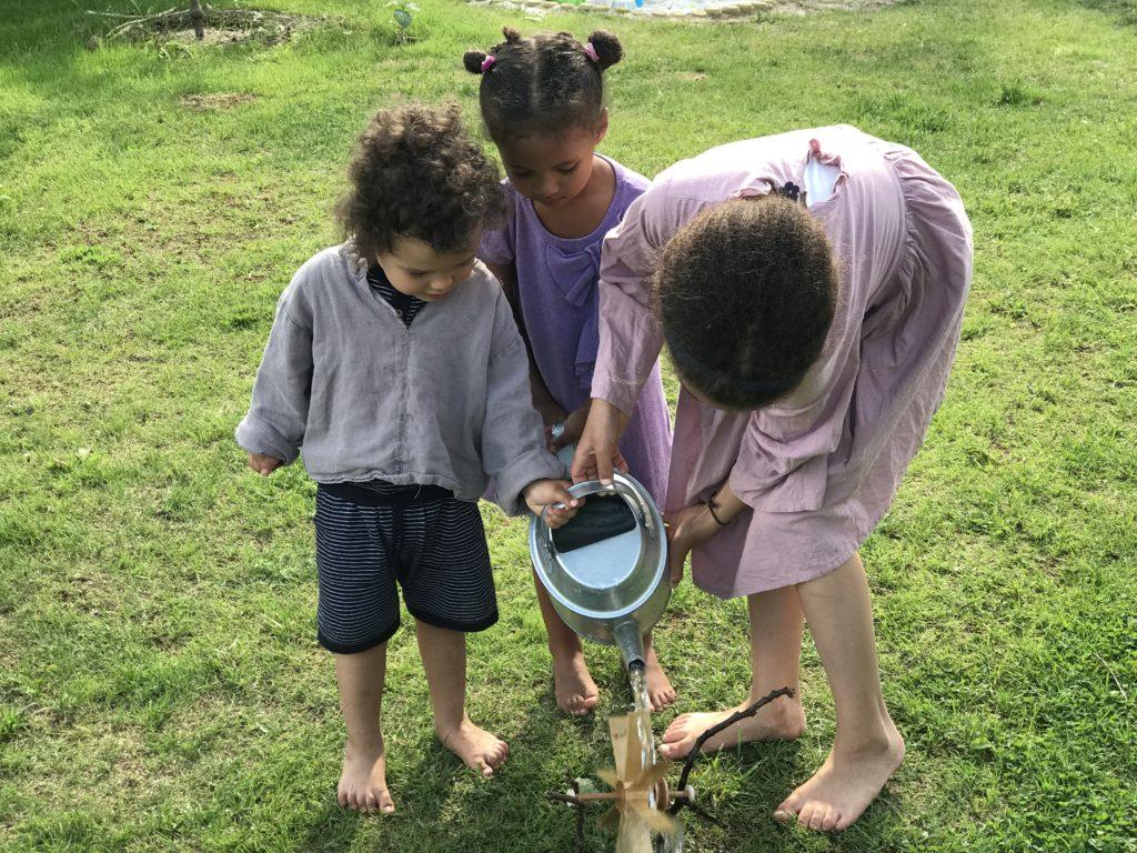 Experiment! Kindern, wie das gute alte Wassermühlrad funktioniert.