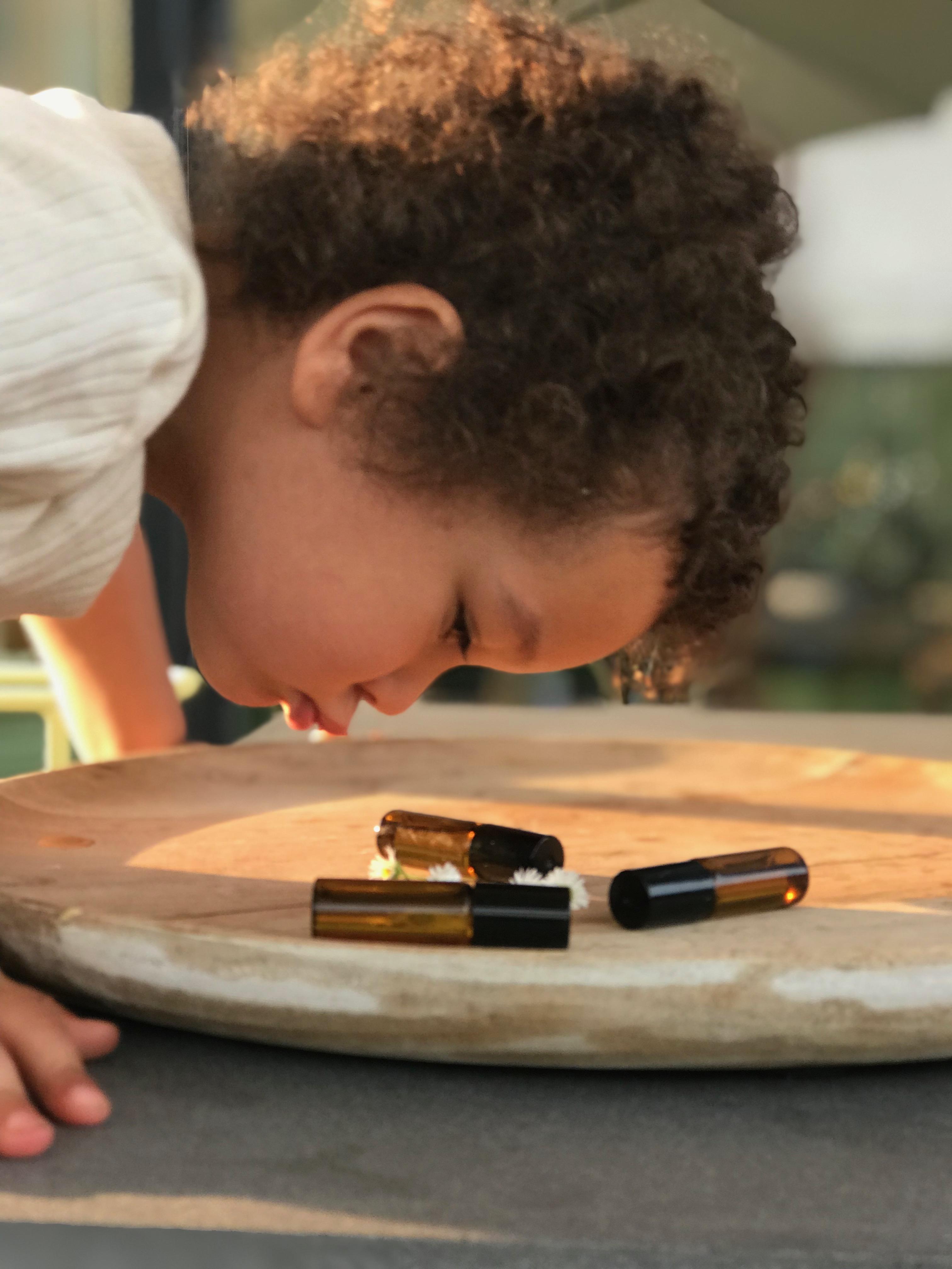 Aromatherapie für die ganze Familie ein Sehnsuchtsöl Roll On für Kinder ist ein guter kleiner Seeltröster wenn es um Kitaeingewöhnung, Schulanfang,oder Eltern die gerade nicht zu Hause sein können. So ist der Trennungschmerz gleich nicht mehr ganz so schlimm.