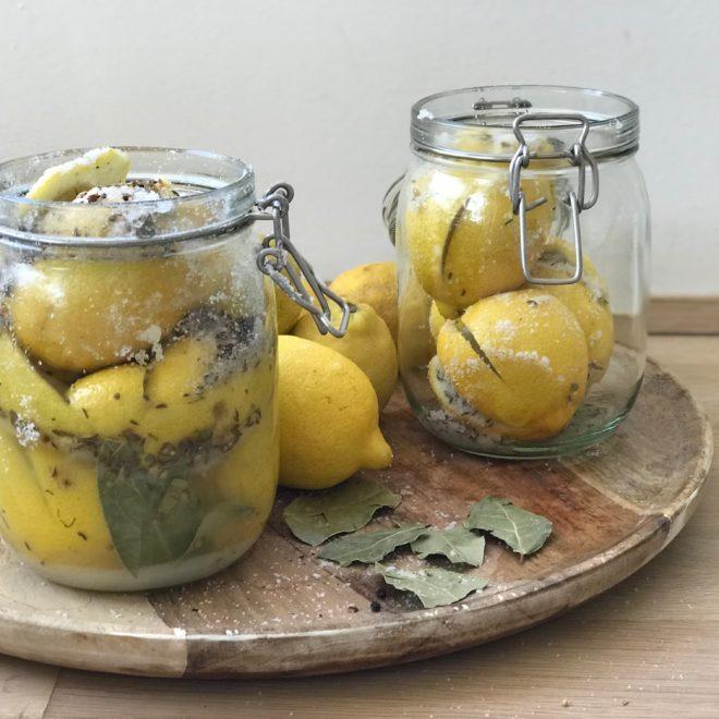 Eingelegte Salzzitronen mit Gewürzen. Ein so feines und tensives Geschmackserlebniss für alle Sinne.Sommerrezepte findet ihr auf www.elfenkindberlin.de