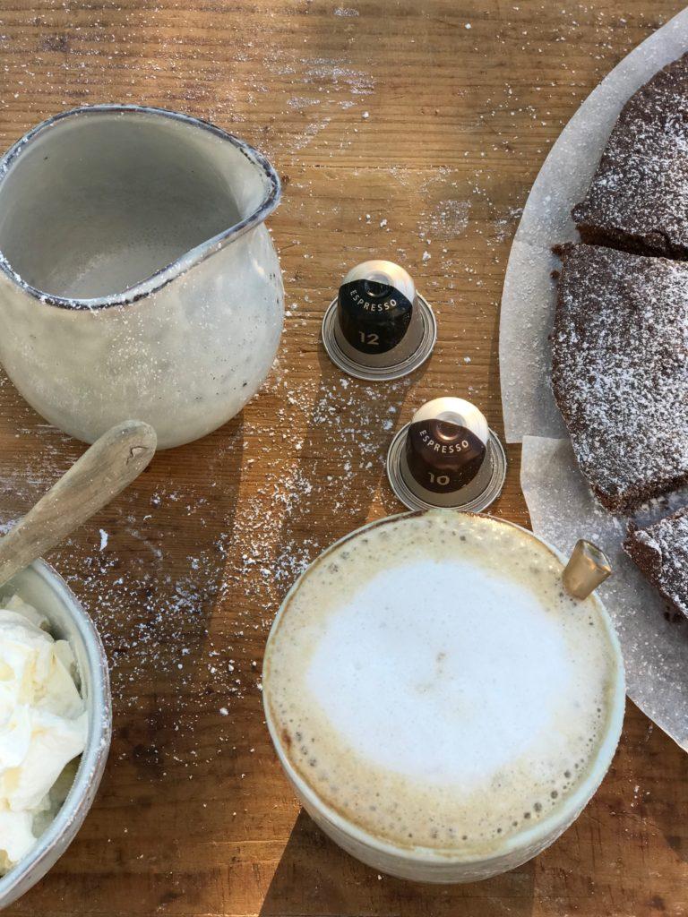 Guter Kaffee und Schokoladenkuchen sind für mich eine so unwiderstehliche Kombination, dass mir schon beim Schreiben das Wasser im Mund zusammenläuft.