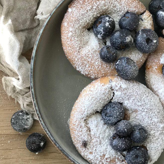So schmeckt der Sommer! Ein Rezept für saftige Blaubeermuffins, die im Handumdrehen fertig sind. Einfache Zutaten, fruchtig lecker! Das Rezept sowie viele weitere leckereien findet ihr auf unserem Blog www.elfenkindberlin.de