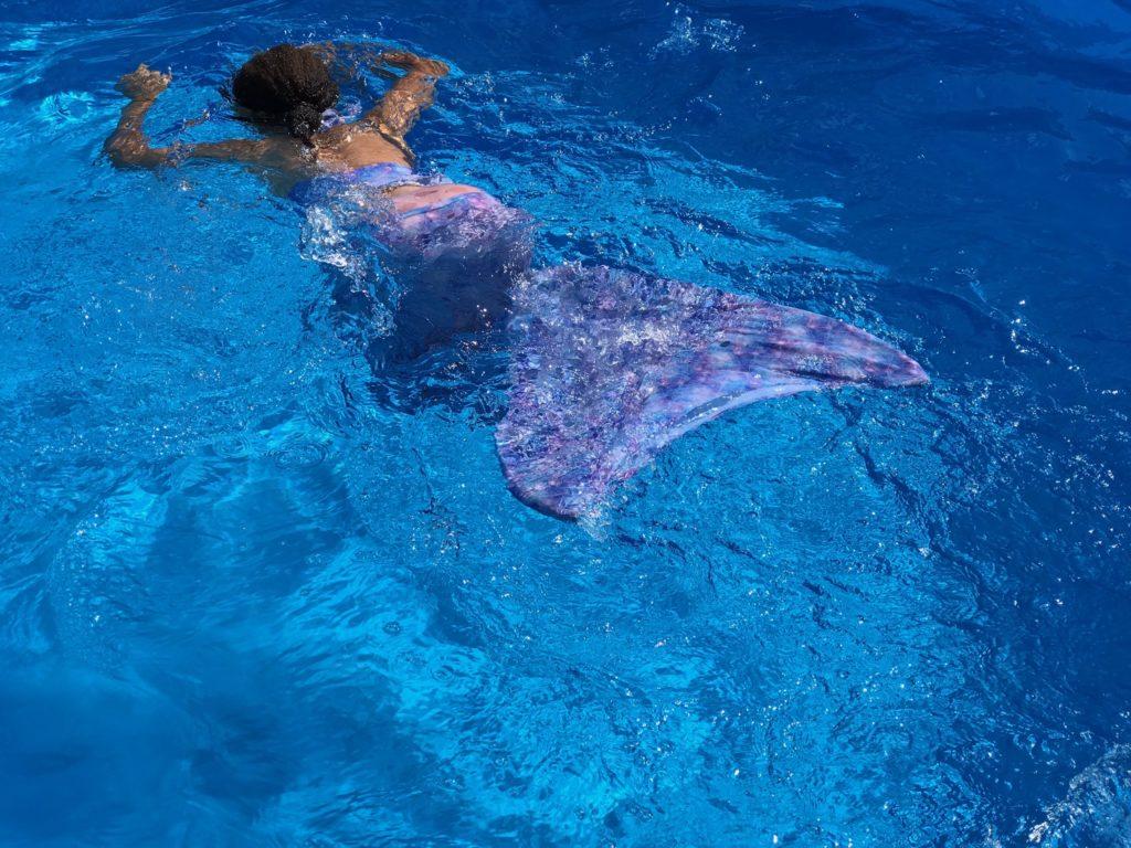 Meerjungfrauen Schwimmen ist gerade hoch im Kurs bei kleinen Mädchen, hier kommt meine Anleitung zum Selbernähen einer Meerjungfrauen-Flosse inkl. kostenlosem Schnittmuster für Euch ! Mehr dazu auf www.elfenkindberlin.de