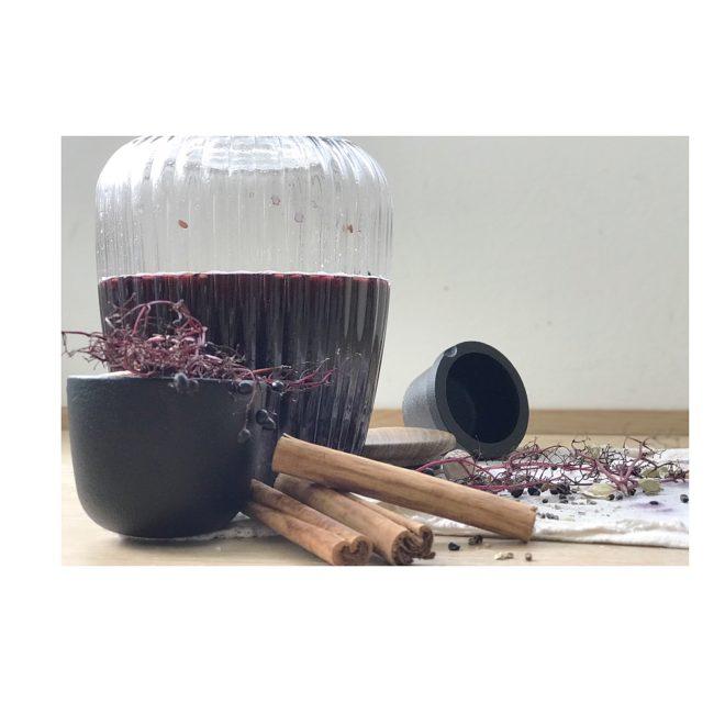Holunder, eine meiner liebsten Heilpflanzen und angereichert mit wenigen Gewürzen, Zeit und Alkohol könnt ihr euren Köper verwöhnen. Heilsamer Holunderlikör