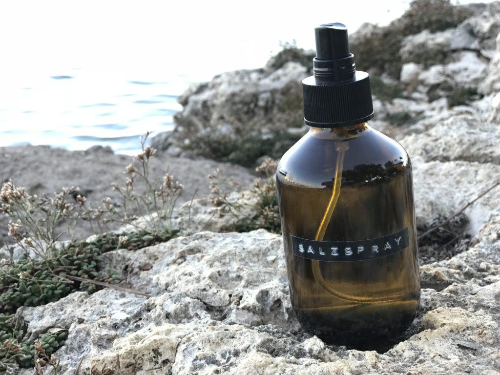 Salzwasserspray mit Lavendel für einen natürlich-matten Sommer Look dieses Haarspray könnt ihr ganz einfach selber machen.