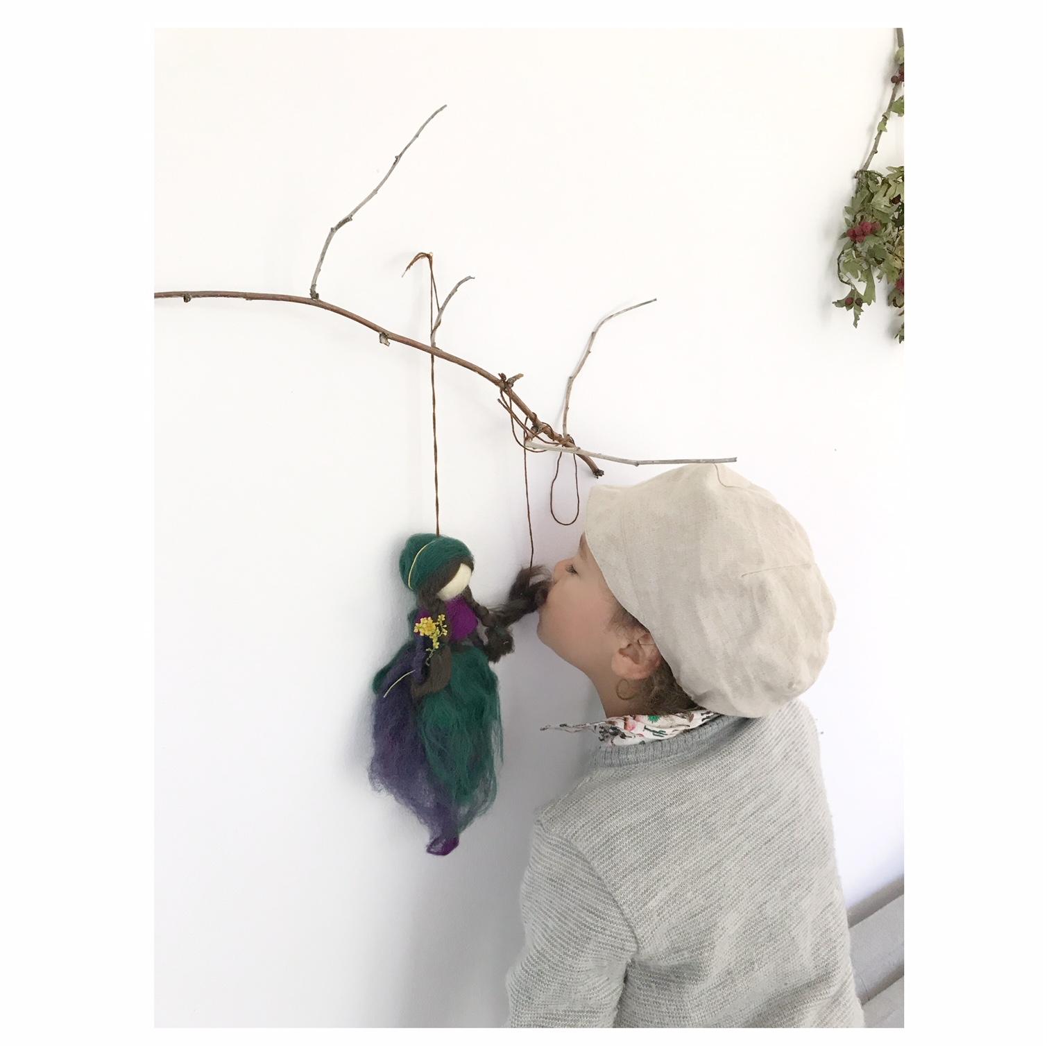 Diese Anleitung für eine Waldhexe|Waldfee aus Märchenwolle wird euch und euren Kindern bei der Herstellung sicher viel Freude bereiten.