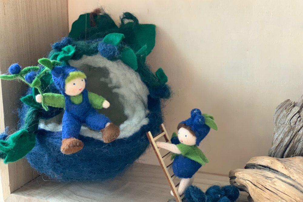 Blaubeeren filzen,ist gar nicht schwer! Wie ein Blaubeerhaus für den Jahreszeitentisch gefilzt wird und noch mehr Waldorf Ideen auf www.elfenkindberlin.de