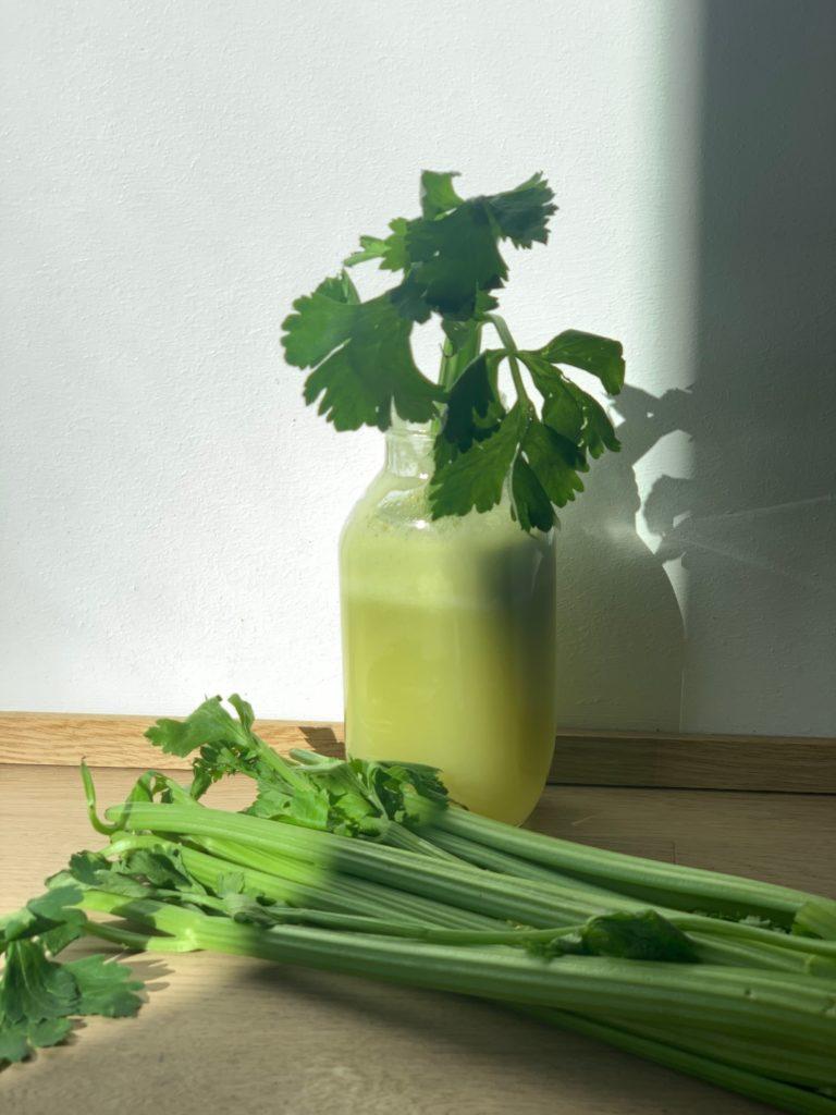 Dreimal grün! Selleriesaft am Morgen zum Entgiften, Detox Peeling zum Duschen oder Baden und eine heilende Grüne Erde Maske.