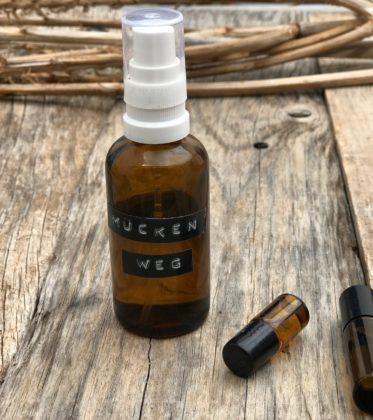 Heute habe ich für euch ein Mücken Abwehrspray und Insektenstichöl Rezept zum selber machen. Es ist vollkommen natürlich und super einfach zu machen.