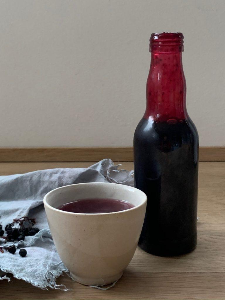 Holundersirup Holunderbeeren-Sirup Rezept, so einfach so intensiv lecker ! Holundersaft als Einschlafritual und zur Stärkung der Abwehrkräfte