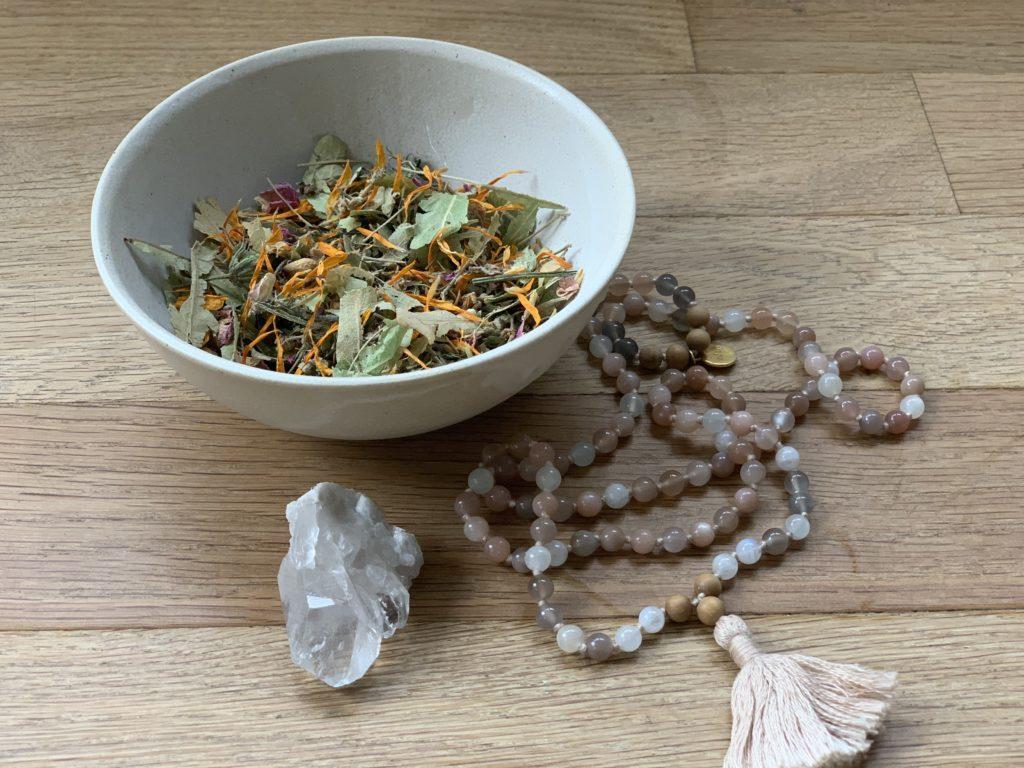 Federleicht meditieren lernen, lerne die Japa Meditation mit dem Mondstein Mala von Spirt of Eden