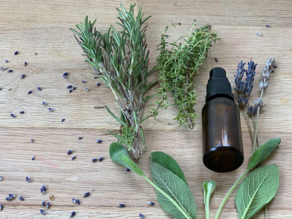 Rezept für Händedesinfektionsspray,zum selber machen. Gerade in der kalten Jahreszeit sind Krankheiten wie Grippe und der Coronavirus allgegenwertig