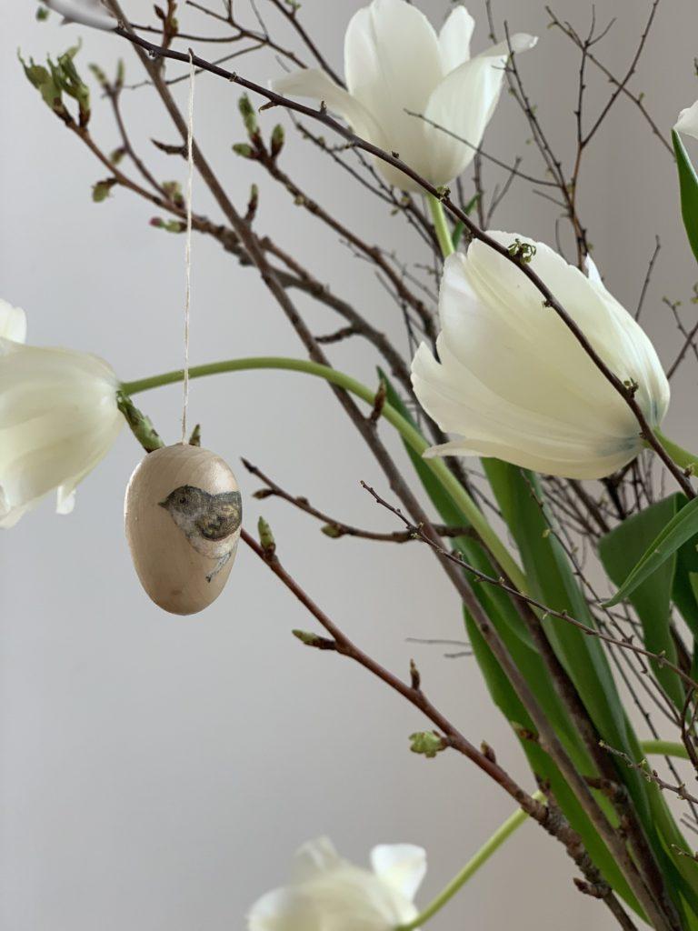 Holzeier mit Serviettentechnik für den Osterstrauss verschönern. Ich habe schöne vintage Vogel Aqurelle von Daniela Drescher die wunderbar passen.