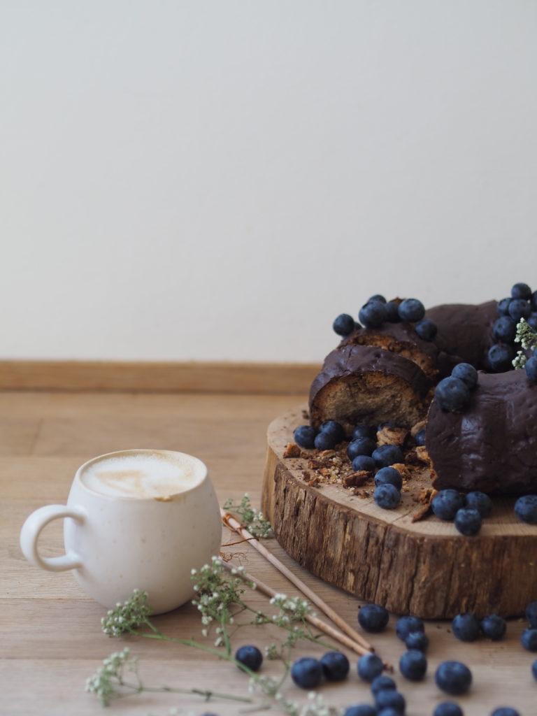Nusskuchen mit Schokolade, wie aus Omas Zeiten. Lecker, saftig und einfach! Das Rezept findet ihr auf www.elfenkindberlin.de