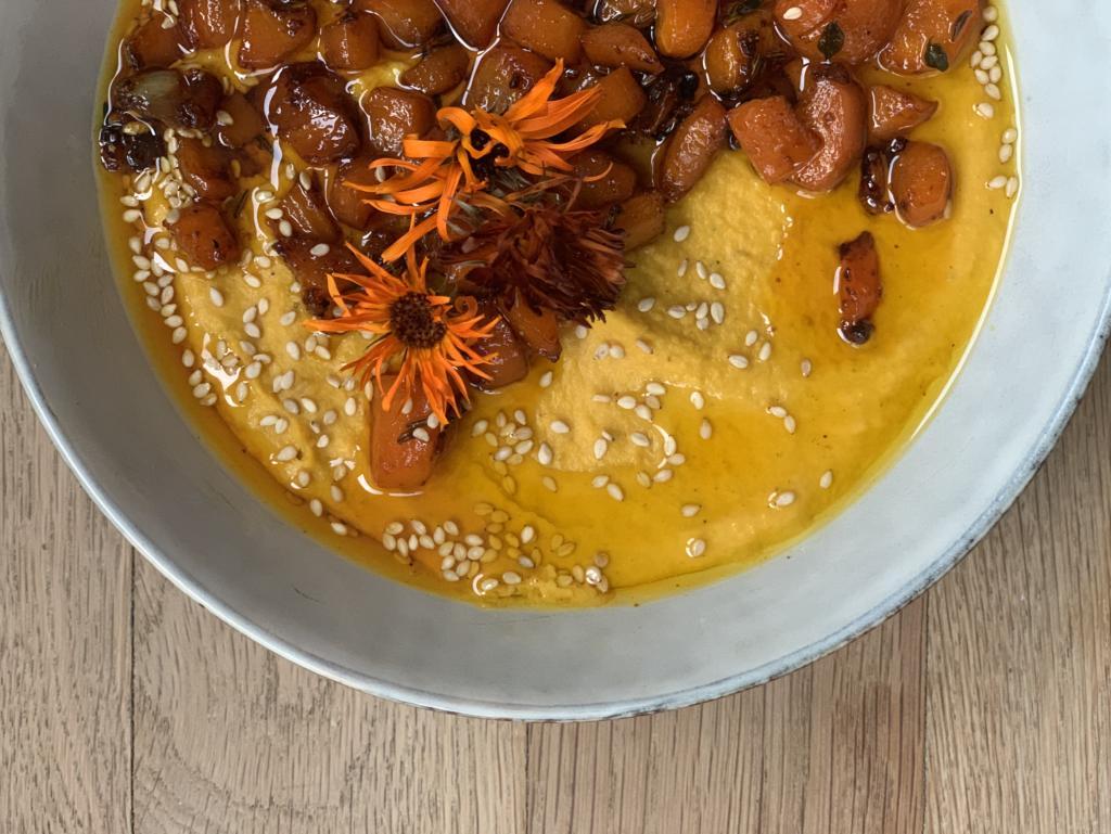 Es gibt nichts himmlischeres als Karotten Hummus mit gerösteten Karotten, Pitabrot und Blumenkohl aus dem Ofen! Die Frage was ist demeter wird beantwortet.